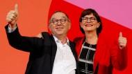 Doch nicht mehr so schnell raus aus der großen Koalition? Die neuen SPD-Vorsitzenden Saskia Esken and Norbert Walter-Borjans.