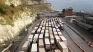 Lastwagen stehen vor dem Hafen von Dover im Stau.
