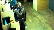 Bild aus der Überwachungskamera: Dieser Tatverdächtige wird in Berlin gesucht.