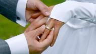 Ringtausch bei der Trauung: An diesem Tag denken wohl die wenigsten Paare daran, dass die glückliche Zeit irgendwann vorbei sein könnte.