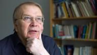 Ein Poet der Schüchternheit und des genauen Blicks: Wilhelm Genazino (1943 bis 2018) in seiner Frankfurter Wohnung