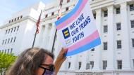 """""""Diese Entscheidung ignoriert Dutzende örtliche Ärzte, nationale medizinische Experten sowie Transjugendliche und ihre Eltern"""", erklärte die Bürgerrechtsorganisation ACLU auf Twitter."""
