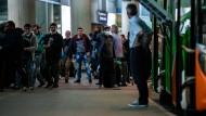 Die Erntehelfer aus Rumänien nach der Landung in Düsseldorf