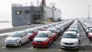 Fahrzeuge des Volkswagen-Konzerns stehen im Hafen von Emden zur Verschiffung bereit.