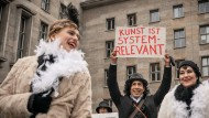 Systemrelevant: Künstler demonstrieren im Dezember 2020 für wirksame Corona-Hilfen vor dem Finanzministerium.