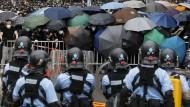 Mit Regenschirmen bewaffnet: In Hongkong droht die Situation zwischen Demonstranten und Polizisten zu eskalieren.