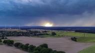 In Brandenburg ziehen dunkle Wolken über die Landschaft.