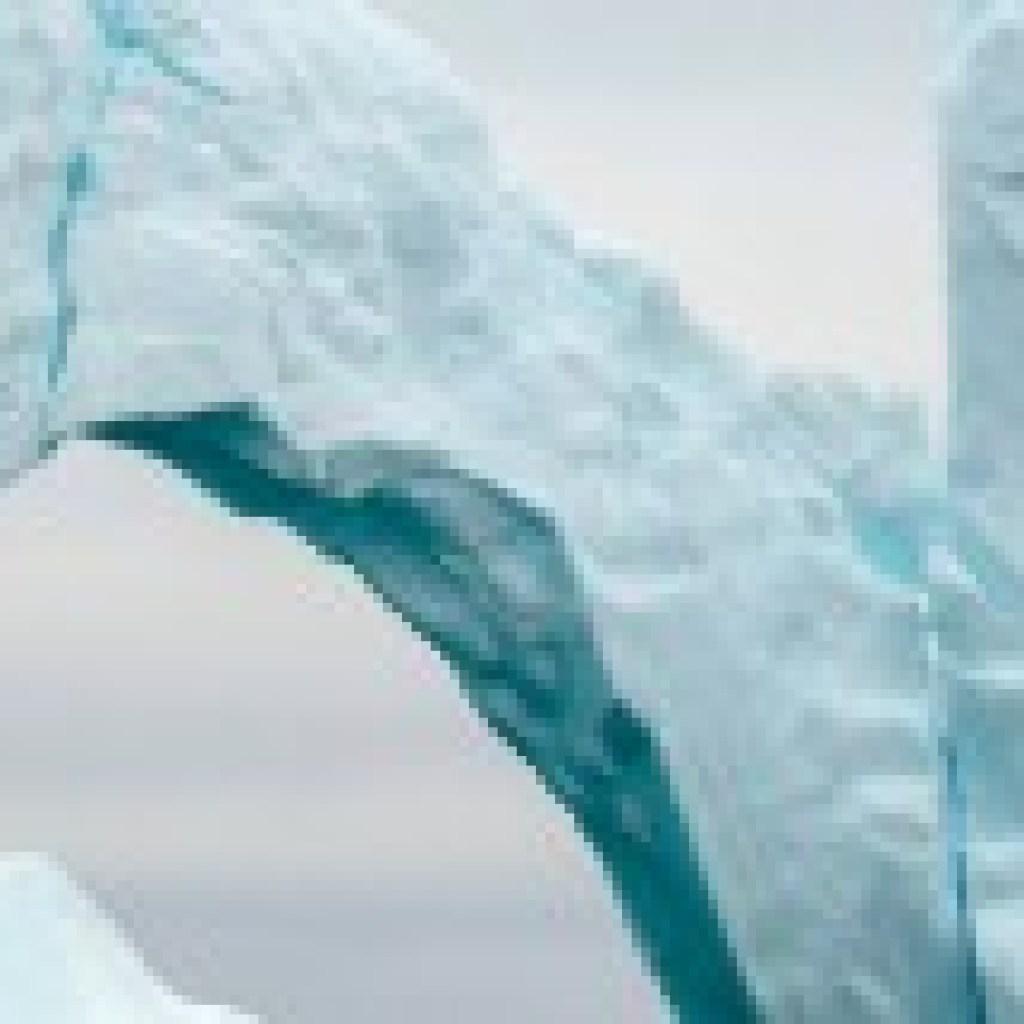 """Der kalte Weg nach Westen: """"Beinahe Alaska"""" von Arezu Weitholz"""