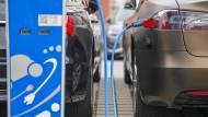 Ein Elektroauto der Marke Tesla wird aufgeladen.