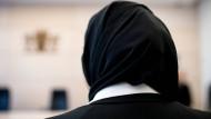 Eine Jurastudenin, die gegen ein Kopftuchverbot im Gerichtssaal geklagt hatte, im März 2018 vor einer Verhandlung