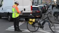 Ein Mitarbeiter der Städtischen Verkehrspolizei nimmt in Frankfurt das Kennzeichen eines Falschparkers auf. Vollgeparkte Radwege und Bürgersteige machen das Durchkommen oft schwer.