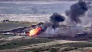 Ein Standbild aus einem Video des armenischen Verteidigungsministeriums soll zeigen, wie armenische Streitkräfte ein aserbaidschanisches Militärfahrzeug zerstören.