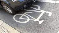 """Die Bußgelder fürs Parken in der """"zweiten Reihe"""", auf Geh- und Radwegen steigen – von mindestens 15 Euro auf bis zu 100 Euro."""