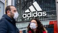 Adidas war stark in die Kritik geraten, nachdem der Sportartikelhersteller angekündigt hatte, für seine Geschäfte vorerst keine Miete zu zahlen.