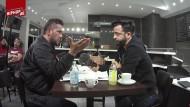 Exklusivinterview: Roozbeh Farhangmehr alias Rooz (rechts) sprach mit Arafat Abou-Chaker 2015 in dessen Café in Berlin.