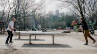81b8133a-8731-11eb-b314-eb5c2bfd903b    -  Die Tischtennisplatten im Frankfurter Holzhausenpark erfreuen sich bei den unterschiedlichsten Spielern größter Beliebtheit