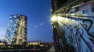 Die Lichter in den Büros der Europäischen Zentralbank (EZB) in Frankfurt leuchten im letzten Licht des Tages.