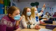 Unterricht mit Maske: Grundschülerinnen und Grundschüler haben in Schlewig-Holstein wieder Präsenzunterricht.