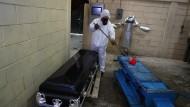 Ein Arbeiter in der mexikanischen Stadt Ecapetec reinigt eine Trage nach der Einäscherung eines Corona-Toten.