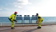 """Auf der """"Promenade des anglais"""" in Nizza werden am 12. November 2020 die Stühle entfernt."""