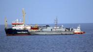 """Das deutsche Rettungsschiff """"Sea-Watch 3"""" wird vor Lampedusa von der italienischen Guardia di Finanza beschlagnahmt."""