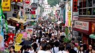 Eine Einkaufsstraße in Tokio, Japan.