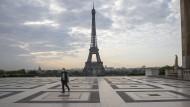 Paris, Ende April: Ein Passant auf dem Trocadero-Platz mit Blick auf den Eiffelturm. In Frankreich galten zu dieser zeit strikte Ausgangsbeschränkungen.
