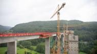 Nicht nur der Bau des Bahnprojektes Stuttgart 21, hier eine Brücke auf der Strecke Wendlingen-Ulm, dauert sehr lang.