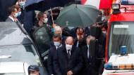 """Der französische Premierminister Jean Castex besucht den Tatort wenige Stunden nach dem Messerangriff auf Passanten in der Nähe der früheren Büros der Satirezeitschrift """"Charlie Hebdo""""."""