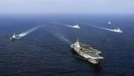 """Chinas Flugzeugträger """"Liaoning"""" mit weiteren Kriegsschiffen während einer Übung im Jahr 2018."""