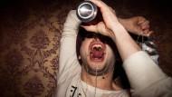 Trinken als Krankheit. Nun naht Heilung – und die geht unter die Haut.