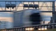 Der EuGH hat entscheiden, hier wurde zu viel berechnet: Ein Lkw fährt auf der Bundesautobahn A4 unter einer Maut Kontrollbrücke durch.