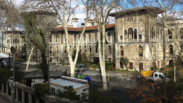 © dpa Die Lisesi Schule in Istanbul – künftig wird das Thema Weihnachten an ihr nicht mehr behandelt
