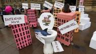 Als Häuser verkleidete Aktivisten