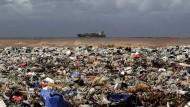 An einem Strand nördlich der libanesischen Hauptstadt Beirut liegt Plastikmüll.