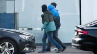 Ein Mann, der im Zuge der Ermittlungen gegen eine mutmaßliche rechte Terrorzelle festgenommen wurde, wird von Polizisten in den Bundesgerichtshof in Karlsruhe gebracht.