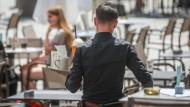 Weniger Lohn, mehr Arbeit? In der Gastronomie befinden sich noch viele in Kurzarbeit, obwohl das Geschäft wieder angelaufen ist.