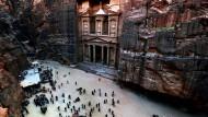 """Der Khazne al-Firaun wird auch """"Schatzkammer des Pharao"""" genannt und ist die berühmteste Sehenswürdigkeit in Petra"""
