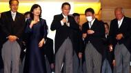 Fumio Kishida (Mitte) mit Mitgliedern seines Kabinetts