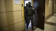 Russische Sicherheitskräfte durchsuchen am 17. Juli 2020 die Räume von Nawalnyjs Stiftung zum Kampf gegen Korruption in Moskau.