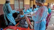 Nachdem eine Krankenschwester an Ebola verstarb, wurden ihre Kollegen am N'Zérékoré-Krankenhaus in Guinea geimpft.