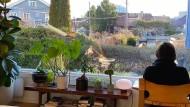 Simon Stranger schaut aus seinem Fenster in einem Vorort von Oslo