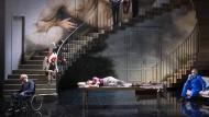 Jupiter (Carlo Allemano, im blauen Anzug rechts) weiß keinen anderen Rat mehr: Venus (Sophie Junker, liegend, Mitte) muss aus dem Haus.
