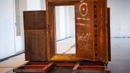 Einst hütete sie die Einlagen der Wertheim-Kunden, dann diente sie als Eingang zu einem Technoclub: Die Tresortür aus der Leipziger Straße steht jetzt in der Berlin-Ausstellung im Humboldt Forum