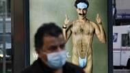 """Nicht mal der Mini-Mankini beeindruckt noch jemanden: """"Borat""""-Plakat an einer Bushaltestelle"""