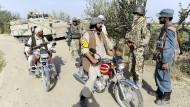 Ohne afghanische Hilfe undenkbar: Ein Dolmetscher (2. von rechts) vermittelt an einem Checkpoint mit Polizei und Bürgerwehr.