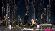 """In Stahlgittern: Das Ensemble der Uraufführung von Peter Handkes """"Zdeněk Adamec"""", in der Mitte Christian Friedel"""