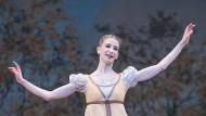 """Bis heute ein Traum: Myriam Ould-Braham Lieu im Februar 2018 in einer Szene aus John Crankos Choreographie """"Oneguine"""" an der Pariser Opéra Garnier"""