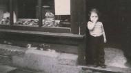 Ollarikchen 1951 im Eingang der Bäckerei ihres Großvaters in der Bad Soodener Weinreihe