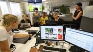 """Den Blick auf die Region geheftet: Im Newsroom der """"Märkischen Oderzeitung"""" laufen die Fäden zusammen."""